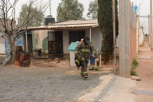 Hombre sufre quemaduras leves al incendiarse su cuarto