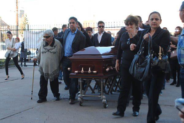 Acompañan políticos a Elíseo Compeán en el funeral de su padre