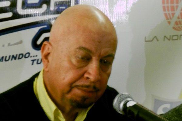 Rafael Raygoza metido en la duela con Manzaneros.