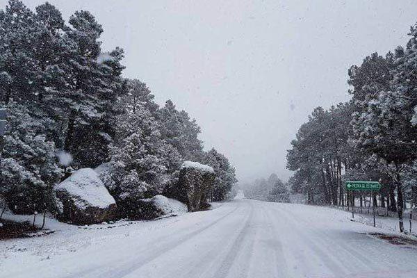 Cierran tramo carretero Guachochi-Creel por intensa nevada