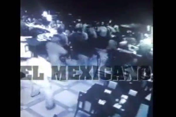[VIDEO] Momento en que llegan y asesinan a tres en bar en Juárez