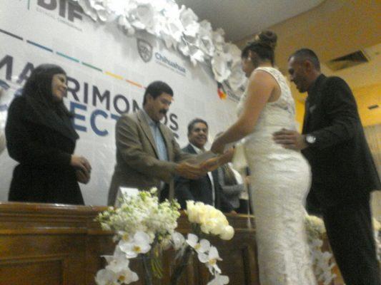 Casó Javier Corral a más de 200 parejas de enamorados en Delicias