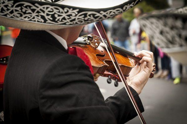 Tocan trío y mariachi con causa