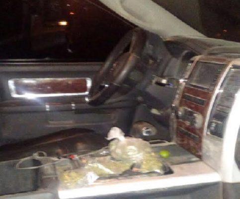 Aseguran vehículo robado con mariguana y cartuchos; tripulantes huyeron