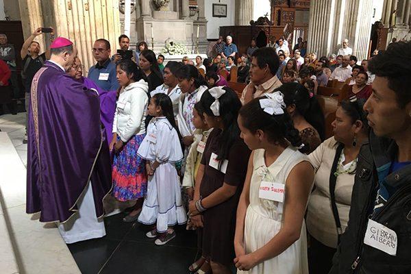 Reciben rarámuris sacramento de confirmación en Catedral