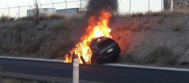 Arde vehículo al ir circulando por la carretera a Delicias