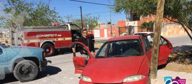 Mujeres quedan lesionadas al proyectar su auto contra poste