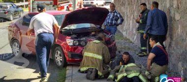 Resultan madre e hijo con lesiones al perder control de auto