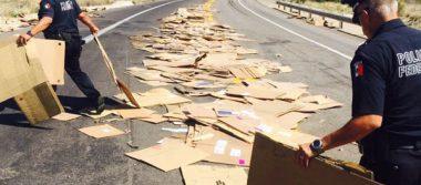 Camión de carga tira cientos de cajas en carretera a Parral