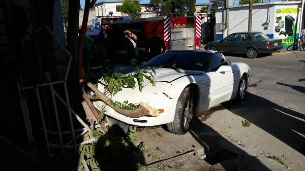 Se accidenta Corvette en la Tecnológico y Juan Escutia