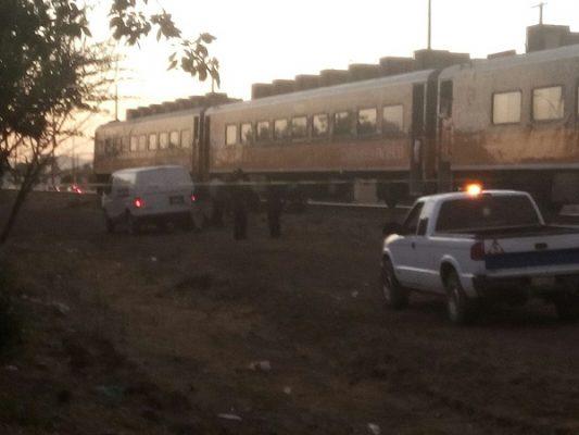 Muere mujer al arrojarse al tren con sus dos hijos