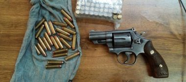 Detienen a dos hombres con arma y parque en Madera