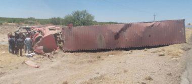 Vuelcan tráiler y muere conductor sobre la carretera a Delicias
