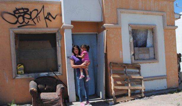 Joven mujer huye de la violencia para proteger a su pequeña hija