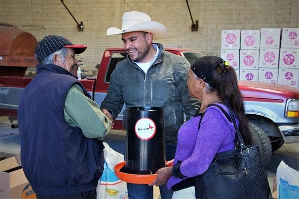 Entregan gallinas para activar economía familiar en Guerrero