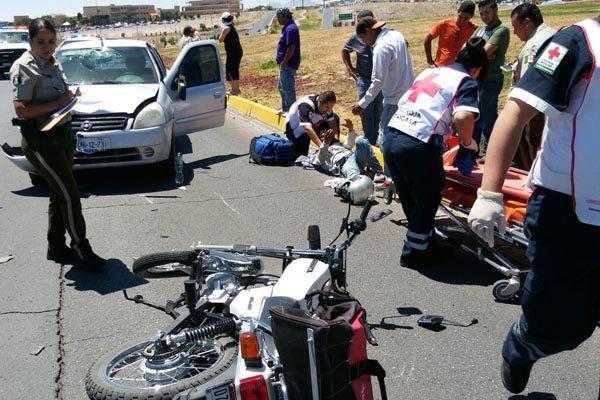 Motociclista se impacta de frente contra automóvil