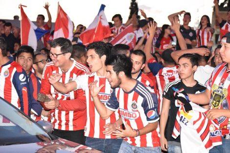 Aficionados celebran triunfo de las Chivas en la Glorieta de Pancho Villa