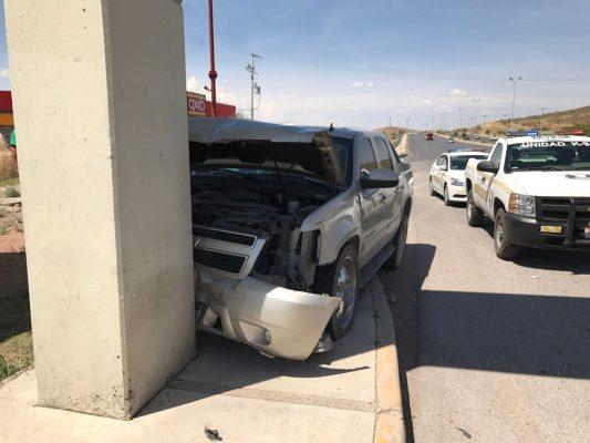 Se atraviesa camión y termina por chocar en poste en el R. Almada