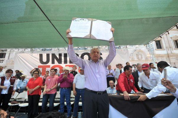 Firma Andrés Manuel Obrador acuerdo de unidad en la Plaza de Armas
