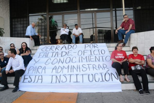 Bloquean entrada de dirección general del COBACh en protesta