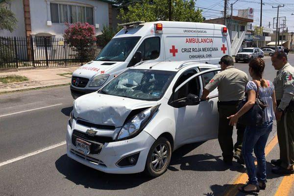 Mujer lesionada en choque contra pick up en colonia Panamericana