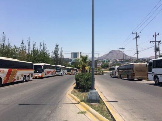 """""""Acarrea"""" López Obrador 38 camiones para evento masivo"""