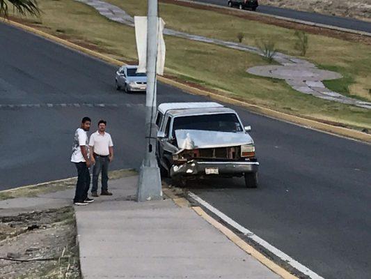 Impacta pick up contra poste en Campo Bello
