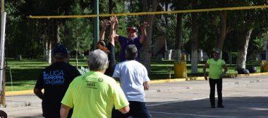 Se reúne entusiasta grupo de ancianos a jugar cachibol frente al discobolo