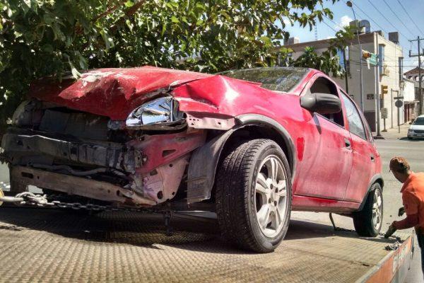Conductor ignora semáforo y causa choque automovilístico  en Pacheco