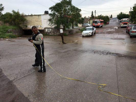 Por lluvia cae vehículo en zanja de JMAS en la colonia Cerro de la Cruz