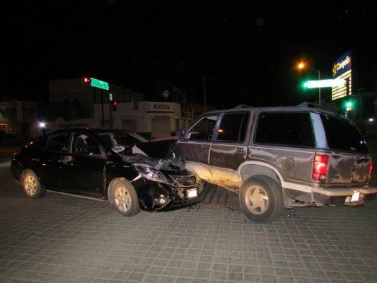 Trasladan a hospital a dos personas lesionadas en choque