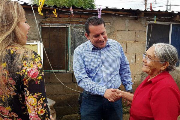 Encabeza alcalde entrega de vales de apoyo en colonia Benito Juárez