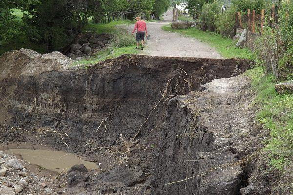 Incomunicadas 10 familias por inundación del vado