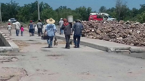 Desafían ciudadanos a autoridades y rehabilitan puente