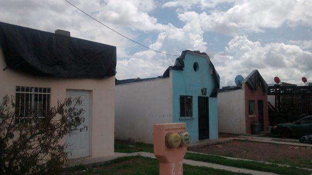 Vecinos del fraccionamiento San Javier colocan hule negro en techos