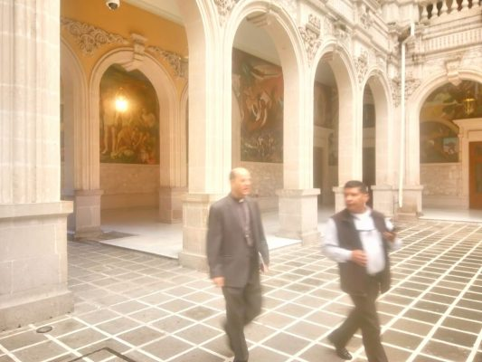Recibe gobernador al arzobispo Constancio Miranda en Palacio de Gobierno