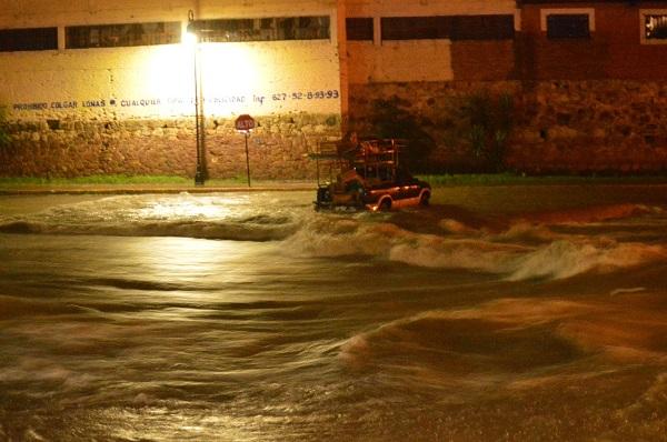 Casas inundadas y un vehículo arrastrado por torrenciales lluvias en Parral