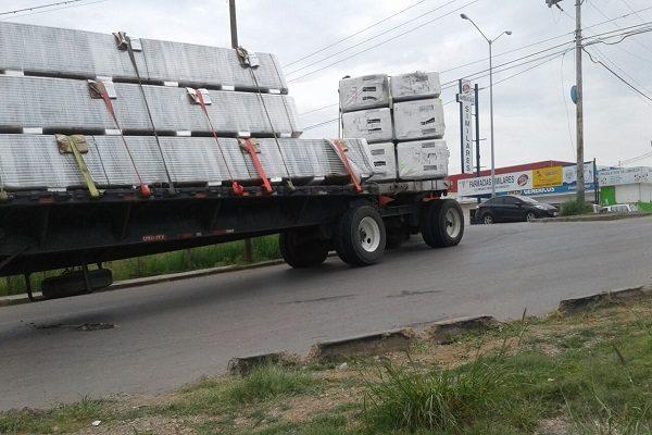 Queda atascado camión a punto de volcar en la Heroico