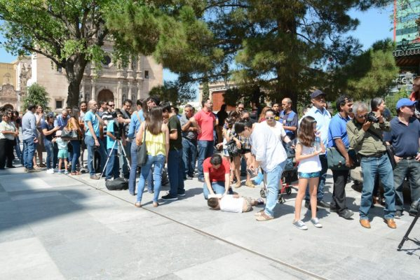 Se reúnen ciudadanos a captar eclipse solar en Plaza de Armas