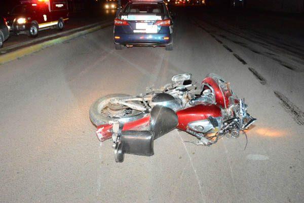 Grave motociclista al impactarlo auto por atrás