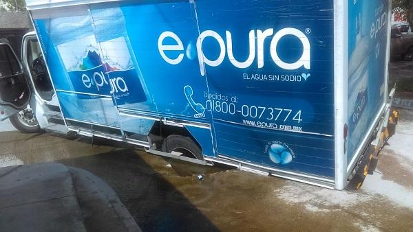 Cae camión de carga en mega bache en colonia Los Pinos