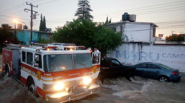 Llegan Bomberos y vehículos 4×4 al rescate de personas atrapadas