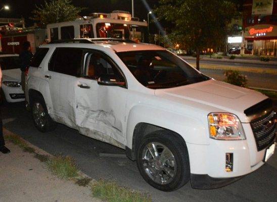 Liberan Bomberos a mujer atrapada en camioneta