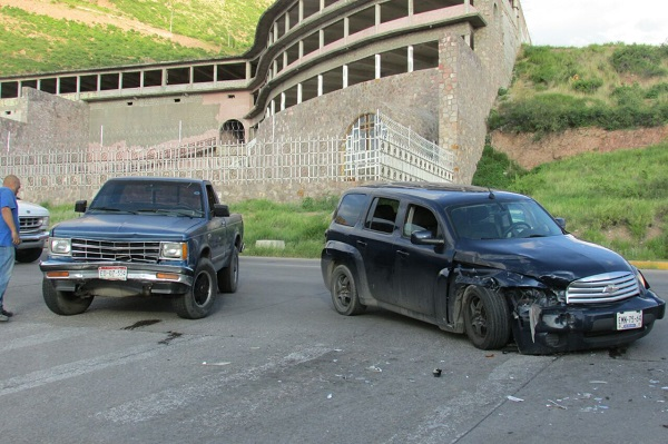 Choca vehículo contra pick up en la 20 de Noviembre