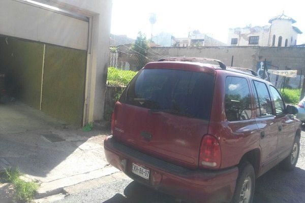Denuncia ciudadana: obstruye vehículo entrada a cochera en la calle 35