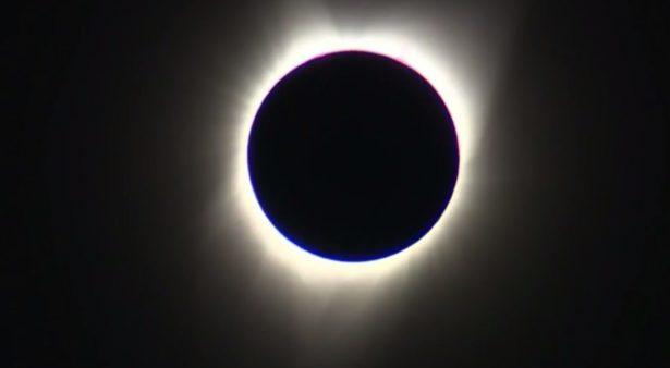 Llega eclipse solar a México; se reúnen chihuahuenses a captarlo