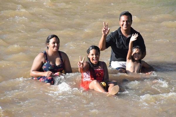 Acuden cientos al Río Sacramento para disfrutar en familia