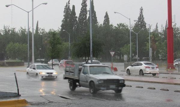 Sorprenden fuertes lluvias a chihuahuenses