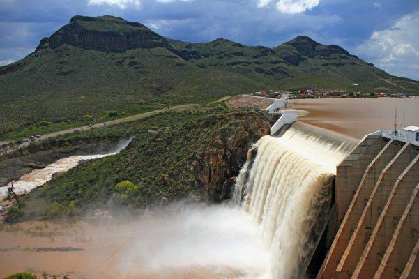 Visitantes abarrotan la presa ante derrame de las vírgenes