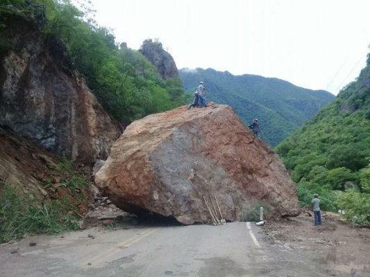 Cae roca gigante en la carretera Samachique Batopilas